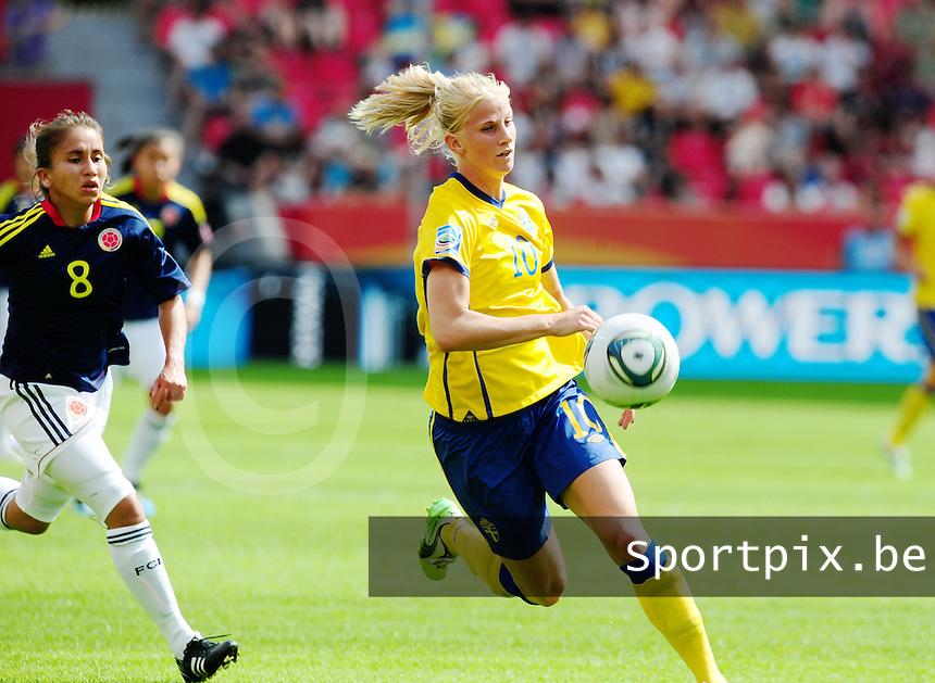 Fifa Women's World Cup Germany 2011 : Colombia - Sweden at Bayarena Leverkusen : Sofia Jakobsson aan de bal voor Andrea Peralta.foto DAVID CATRY / Vrouwenteam.be