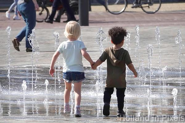 Nederland - Leeuwarden - april 2018. Twee kinderen lopen hand in hand door een fontein.  Foto mag niet in negatieve context gepubliceerd worden.    Foto Berlinda van Dam / Hollandse Hoogte