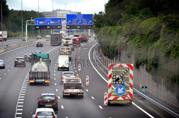 UTRECHT - Snelweg A27 tussen de knooppunten Lunetten en Rijnsweerd is verbreed door een vluchtstrook om te bouwen tot extra rijstrook. De verbrede snelweg moet files vanaf de A12 bij knooppunt in de toekomst vermijden zodat de doorstroming verbetert. COPYRIGHT TON BORSBOOM