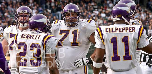 Minnesota Vikings Guard David Dixon (71) on Sunday, November 16, 2003, in Oakland, California. The Raiders defeated the Vikings 28-18.