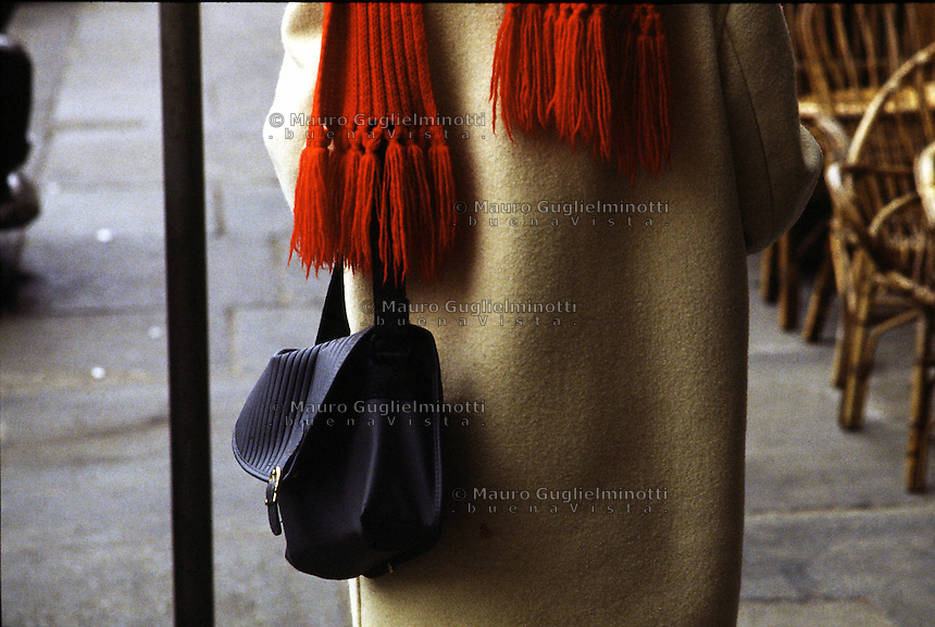 particolare di borsetta e sciarpa rossa