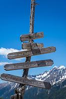 Austria, East-Tyrol: hiking sign near Staller Sattel passroad in Defereggen Valley   Oesterreich, Ost-Tirol: Wanderwegweiser am Ende des Defereggental am Staller Sattel