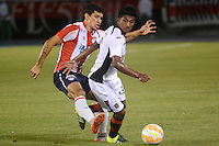 BARRANQUILLA - COLOMBIA - 12-08-2015.  Roberto Ovelar del Atletico Junior de Colombia disputa el balon  contra Gustavo Torres de Melgar del Peru  durante partido  por la fecha 1 de la Copa Suramericana jugado en el estadio Metropolitano / Roberto Roberto Ovelar player  of Atletico  Junior  figths the ball  against  of  Gusatvo Torres Melgar of Peru  during a match for the firts  date of the Liga Aguila II 2015 played at Metropolitano  stadium in Barranquilla city. Photo: VizzorImage / Alfonso Cervantes  / Contibuidor