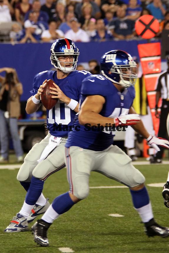 QB Eli Manning (Giants) hinter dem Block von FB Heny Hynoski