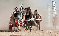 Fecha:14-06-2014.LUGO.- ARDE LUCUS.- Patricios, gladiadores, celtas y castrexos celebran el Arde Lucus en una ciudad que evoca su pasado romano inmersa en una huelga de basura que provoca la presencia de residuos en las calles.En la imagen el circo romano y las carreras de cuadrigas.