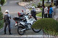 SAO PAULO, 21 DE JULHO DE 2012 - ABORDAGEM POLICIA MILITAR -  Policiais militares da Ronda Ostensivas com apoio de motocicleta estiveram na tarde deste sábado realizando abordagem de rotina e revistando alguns freqüentadores do vale do anhangabau na região central da capital paulista.<br /> FOTO VAGNER CAMPOS BRAZIL PHOTO PRESS