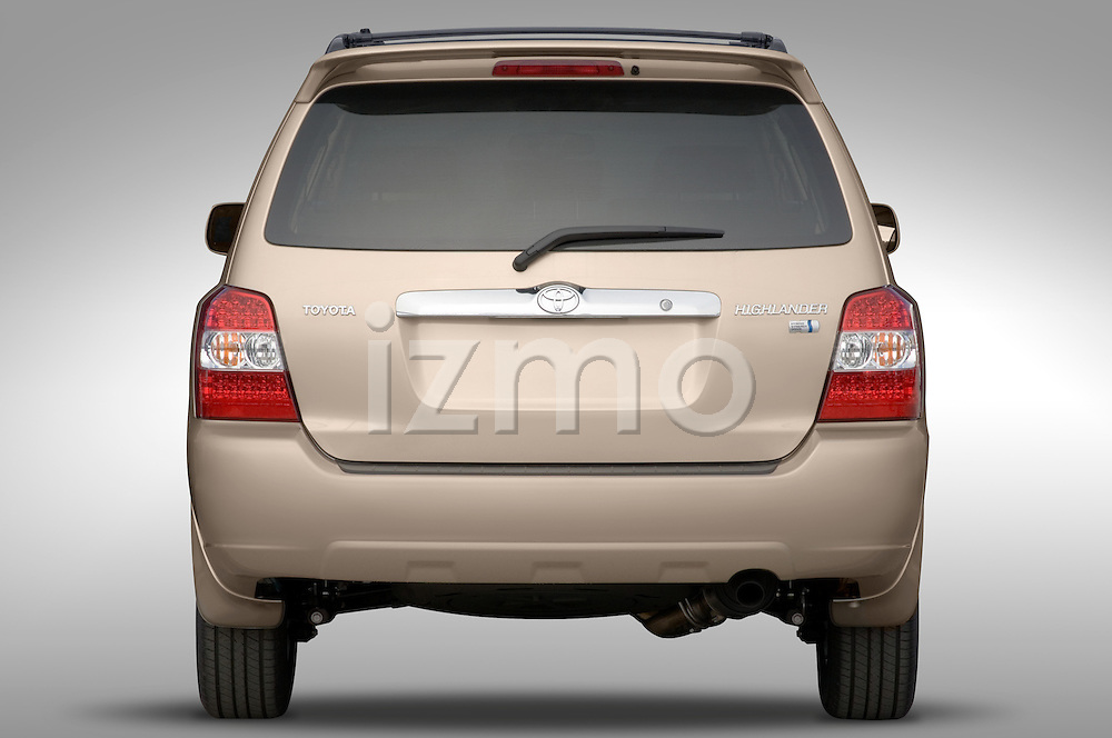 Straight rear view of a Toyota Highlander Hybrid 2006