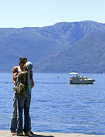 CHE, Schweiz, Tessin, Ascona am Lago Maggiore: junges Paar in zärtlicher Umarmung | CHE, Switzerland, Ticino, Ascona at Lago Maggiore - young couple, kissing
