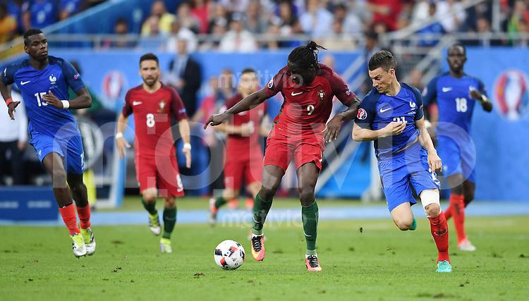 FUSSBALL EURO 2016 FINALE IN PARIS  Portugal 1-0 Frankreich     10.07.2016 Eder (Mitte, Portugal) gegen Laurent Koscielny (re, Frankreich) auf dem Weg zum entscheidenden Tor zum 1-0 beobachtet von Paul Pogba (li, Frankreich)