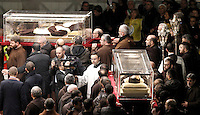Le teche contenenti le spoglie di San Pio, in a destra, e di San Leopoldo Mandic, vengono trasportate in Piazza San Pietro, Citta' del Vaticano, 5 febbraio 2016.<br /> The boxes containing the corpses of Saint Pio da Pietralcina, right, and Saint Leopoldo Mandic are carried in St. Peter's Square at the Vatican, 5 February 2016.<br /> UPDATE IMAGES PRESS/Isabella Bonotto<br /> <br /> STRICTLY ONLY FOR EDITORIAL USE