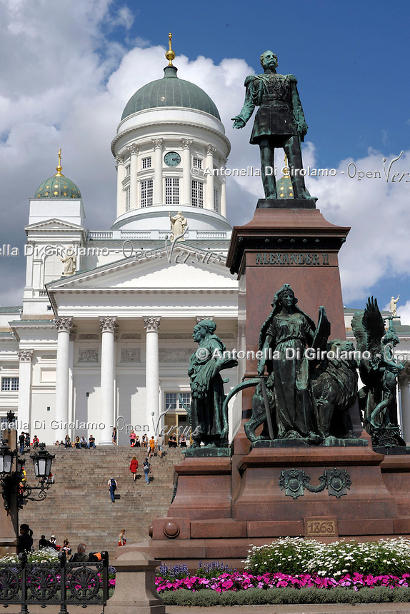 La Piazza del Senato al centro di Helsinki, sullo sfondo la Cattedrale di Helsinki, al centro della piazza la statua di Alessandro II di Russia.<br /> The Senate Square in the center of Helsinki, the Helsinki Cathedral in the background, in the center of the square the statue of Alexander II of Russia.