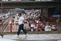 SAO PAULO, SP, 20/06/2012, CHUVA. A capital paulista amanheceu com varios pontos de alagamento, a chuva que comecou no final da noite de ontem nao deu tregua aos paulistanos. Luiz Guarnieri/ Brazil Photo Press.