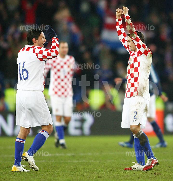 Fussball International Testspiel Kroatien - Argentinien Die Kroaten Jerko Leko (li) und Darijo Srna (re) jubeln nach dem Schlusspfiff
