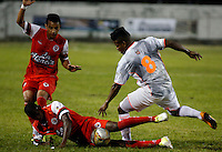 TULUA -COLOMBIA, 30-01-2015. Cristian Borja (Izq) jugador de Cortulua disputa el balón con Faver Cañaveral (Der) jugador del Envigado FC durante  partido por la fecha 1 de la Liga Aguila I 2015 jugado en el estadio 12 de Octubre de la ciudad de Tulua./ Cristian Borja (L) player of Cortulua vis for the ball with Faver Cañaveral (L) player of Envigado FC during match for the first date of the Aguila League I 2015 played at 12 de Octubre stadium in Tulua city. Photo: VizzorImage / Juan C Quintero /Str