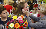 Foto: VidiPhoto<br /> <br /> WATERINGEN &ndash; Basisschool De Kyckert in Wateringen viert groot feest donderdag. Juf Sandra (39) is gekozen tot de leukste juf van Nederland en krijgt dus een dikke tien! Donderdagochtend is Sandra bloemrijk gehuldigd door leerlingen, ouders en burgemeester Agnes van Ardenne (r). De nationale verkiezing is een initiatief van stichting &ldquo;Een 10 voor de juf&rdquo; en is voor het zesde jaar op rij georganiseerd. Doel is om waardering te tonen voor het vele extra werk dat leerkrachten vaak verrichten voor het welzijn van de leerlingen. De bekendmaking en huldiging vindt plaats aan de vooravond van de Dag van de Leraar (5 oktober). Andere finalisten dit jaar waren meester Bart Heijen (38) van groep 5 van&rsquo;t Heuvelke in Geleen en juf Roelien Tissingh (43) van groep 7 van De Dissel in Ruinerwold. In 2017 ging de titel naar meester Jeroen Hermans uit Helmond. De vele extra inspanningen die Sandra doet voor haar klas hebben geleid tot het hoogst haalbare rapportcijfer: een 10. Zo staat de Wateringse juf, als het nodig is, ook in het weekend voor leerlingen en ouders klaar. Sandra doet ook gerust mee aan een potje voetbal, een wedstrijd armpje drukken of een sneeuwballengevecht.