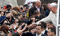 Papa Francesco saluta i fedeli al suo arrivo all'udienza generale del mercoledi' in Piazza San Pietro, Citta' del Vaticano, 22 gennaio 2014.<br /> Pope Francis greets faithful as he arrives for his weekly general audience in St. Peter's Square at the Vatican, 22 January 2014.<br /> UPDATE IMAGES PRESS/Riccardo De Luca<br /> <br /> STRICTLY ONLY FOR EDITORIAL USE
