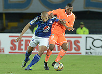 BOGOTA - COLOMBIA -21 -05-2015: Andres Cadavid (Izq) jugador de Millonarios disputa el balón con Angelo Rodriguez (Der) jugador de Envigado FC durante partido de ida por los cuartos de final de la Liga Águila I 2015 jugado en el estadio Nemesio Camacho El Campín de la ciudad de Bogotá./ Andres Cadavid (L) player of Millonarios fights for the ball with Angelo Rodriguez(R) player of Envigado FC during the first leg match for the final quarters of the Aguila League I 2015 played at Nemesio Camacho El Campin stadium in Bogotá city. Photo: VizzorImage / Gabriel Aponte / Staff.