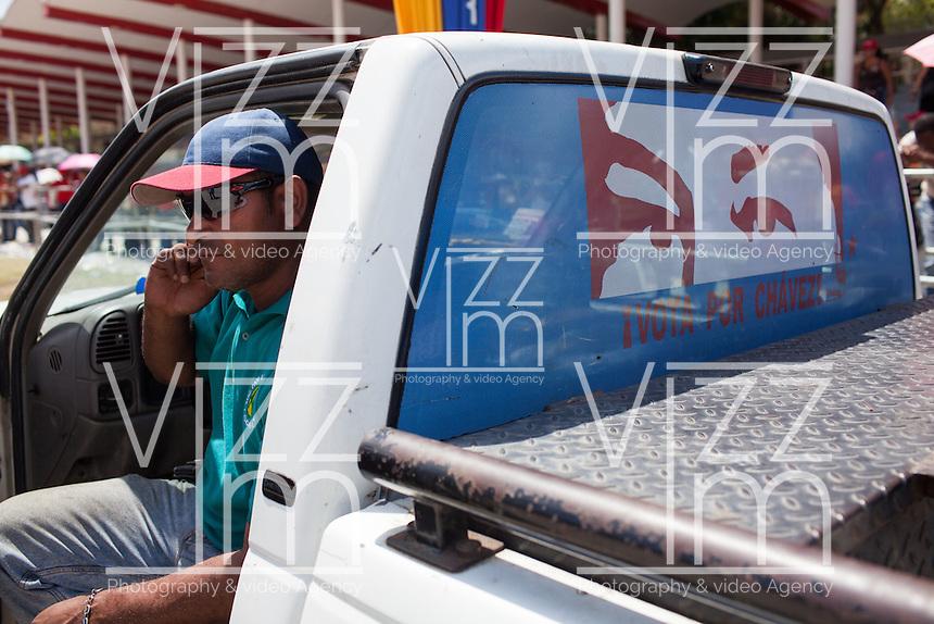 CARACAS - VENEZUELA 08-03-2013, Personas aguardan en las afueras de la Academia Militar durante el funeral de estado de Chávez. El lider y  presidente de Venezuela, Hugo Chávez Frías, falleció el pasado martes 5 de marzo de 2013 a causa de un cancer a la edad de 58 años./ People wait outdside of Military Academy during the sate funeral of Chavez. The leader and president of Venezuela, Hugo Chavez Frias who died by cancer the past March 5th of 2013 at the age of 58. Photo: VizzorImage / CONT
