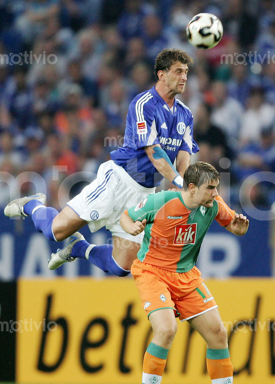 Fussball  Premiere-Ligapokal   Saison 2005/2006 FC Schalke 04 - Werder Bremen  Marcello BORDON (li, Schalke) gegen Ivan KLASNIC (re, Bremen)