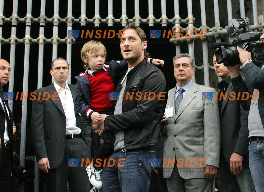 Roma 14/05/2010 Francesco Totti visita il Colosseo per girare uno spot in occasione del decennale dell'uscita del film il Gladiatore.<br /> Photo Samantha Zucchi Insidefoto