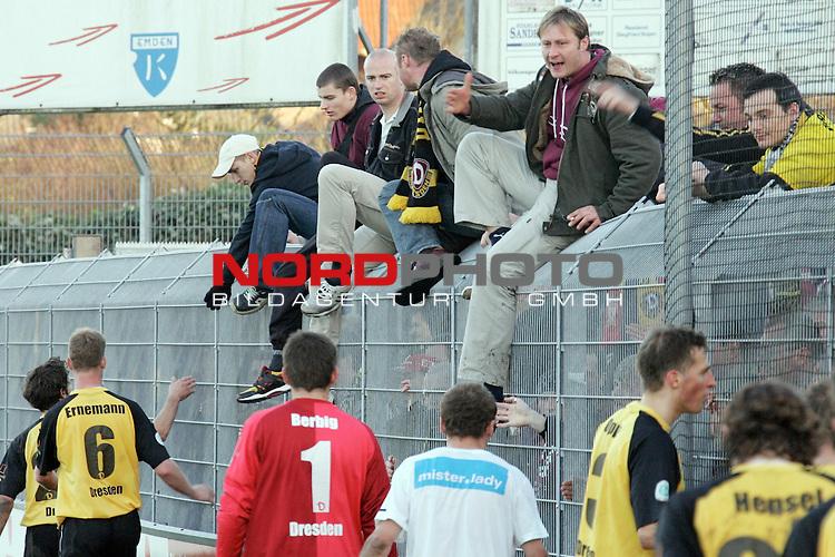 RLN  2006/2007 - 17. Spieltag - <br /> Kickers Emden vs Dynamo Dresden (gelb )<br /> <br /> Dynamo Fans nach dem Spiel bei den Fans und danken trotz der Niederlage fŁr die UnterstŁtzung, die Fans waren mit der Leistung der Mannschaft nicht zufrieden und gaben dieses lautstark zum &scaron;uŖeren<br /> <br /> Foto &copy; nordphoto <br /> <br /> <br /> <br />  *** Local Caption ***