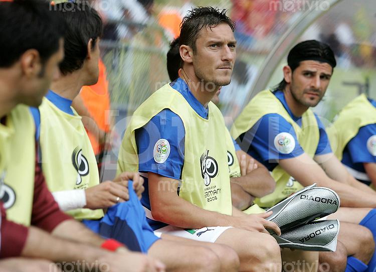 Fussball WM 2006 Achtelfinale in Kaiserslautern, Italien - Australien Francesco Totto (ITA) auf der Ersatzbank.