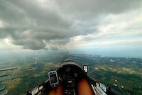 4415 / Konvergenz: AMERIKA,  KANADA, , TORONTO, 23.08.2006: Konvergenzlinie zwischen  Eriesee mit dem Ontariosee , unterschiedliche Temperaturen von See und Land erzeugen Konvergenzen. die herunterhaengenden Cumulus Wolken zeigen dies an