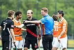 BLOEMENDAAL   - Hockey -  scheidsrechter Coen van Bunge met Xavi Lleonart Blanco (Bldaal) met Billy Bakker (A'dam) , Glenn Schuurman (Bldaal). 3e en beslissende  wedstrijd halve finale Play Offs heren. Bloemendaal-Amsterdam (0-3).     Amsterdam plaats zich voor de finale.  COPYRIGHT KOEN SUYK