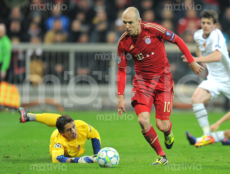 FUSSBALL   CHAMPIONS LEAGUE   SAISON 2011/2012   ACHTELFINALE RUECKSPIEL     13.03.2012 FC Bayern Muenchen - FC Basel        Torwart Yann Sommer (li, FC Basel) gegen Arjen Robben (FC Bayern Muenchen)