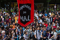 SÃO PAULO, 25.10.2013 - PROTESTO PASSE LIVRE - Grupo do Movimento Passe Livre se concentram na tarde desta sexta-feira (25) em frente ao Teatro Municipal no centro de São Paulo.  (Foto: Amauri Nehn / Brazil Photo Press).