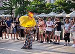 Krakow 2019-07-20. Grupa turystów oprowadzana przez przewodniczkę na Rynku Głównym w Krakowie.