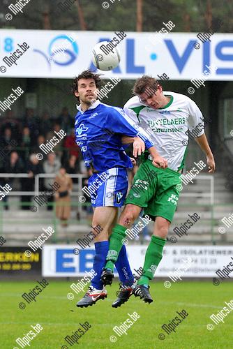 2011-10-09 / voetbal / seizoen 2011-2012 / Dessel Sport - Olympia Wijgmaal / Maarten Van Lieshout (r) (Dessel) in een luchtduel met Simon Valgaerts (l) (Wijgmaal)