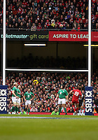Pictured: Leigh Halfpenny of Wales (15) scores a penalty Saturday 14 March 2015<br />
