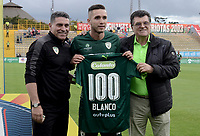 BOGOTÁ -COLOMBIA, 01-10-2017: Jean Carlo Blanco (C), acompañado de Luis Fernando Suarez, técnico y un directivo de La Equidad, recibe la camiseta como reconocimientoa  su partido número 100 con Equidad previo al encuentro entre La Equidad y Patriotas FC por la fecha 14 de la Liga Águila II 2017 jugado en el estadio Metropolitano de Techo de la ciudad de Bogotá. / Jean Carlo Blanco (C), with Luis Fernando Suarez, coach, and a manager of La Equidad, receives the jersey as a recognition of his game number 100 with the Equidad prior the match between La Equidad and Patriotas FC for the date 14 of the Aguila League II 2017 played at Metropolitano de Techo stadium in Bogotá city. Photo: VizzorImage/ Gabriel Aponte / Staff