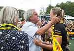 DEN BOSCH - Maartje Paumen (Den Bosch) , die haar laatste wedstrijd voor haar club speelde, met ouders Max en Hettie,  na  de finale van de EuroHockey Club Cup, Den Bosch-UHC Hamburg (2-1) . COPYRIGHT KOEN SUYK