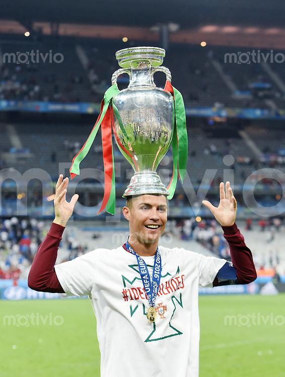 FUSSBALL EURO 2016 FINALE IN PARIS  Portugal - Frankreich          10.07.2016 Cristiano Ronaldo (Portugal) balanciert dem EM Pokal auf dem Kopf
