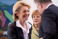 Berlin, Mittwoch (29.05.13), Bundeskanzlerin Angela Merkel (CDU) und Bundesarbeitsministerin Ursula von der Leyen (CDU, l.) vor Beginn der Sitzung des Bundeskabinetts im Bundeskanzleramt in Berlin..Foto: Michael Gottschalk/CommonLens