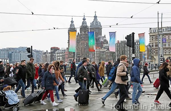 Nederland - Amsterdam 2018.  Centraal Station. Stationsgebied. Oversteken op de Prins Hendrikkade.   Foto Berlinda van Dam / Hollandse Hoogte