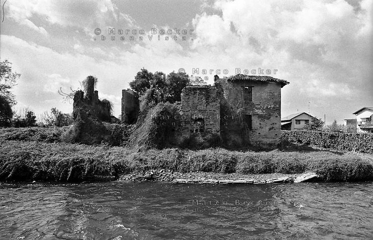 Albairate (Milano), casa diroccata lungo il Naviglio Grande --- Albairate (Milan), house in a state of ruin along the Naviglio Grande canal