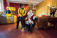 Ankunft des Weihnachtsmann in Himmelpfort.<br /> Im Bild: Der Weihnachtsmann und die Olympiasiegerin im Zweierbob, Mariama Jamanka.<br /> 14.11.2018, Himmelpfort<br /> Copyright: Christian-Ditsch.de<br /> [Inhaltsveraendernde Manipulation des Fotos nur nach ausdruecklicher Genehmigung des Fotografen. Vereinbarungen ueber Abtretung von Persoenlichkeitsrechten/Model Release der abgebildeten Person/Personen liegen nicht vor. NO MODEL RELEASE! Nur fuer Redaktionelle Zwecke. Don't publish without copyright Christian-Ditsch.de, Veroeffentlichung nur mit Fotografennennung, sowie gegen Honorar, MwSt. und Beleg. Konto: I N G - D i B a, IBAN DE58500105175400192269, BIC INGDDEFFXXX, Kontakt: post@christian-ditsch.de<br /> Bei der Bearbeitung der Dateiinformationen darf die Urheberkennzeichnung in den EXIF- und  IPTC-Daten nicht entfernt werden, diese sind in digitalen Medien nach &sect;95c UrhG rechtlich geschuetzt. Der Urhebervermerk wird gemaess &sect;13 UrhG verlangt.]