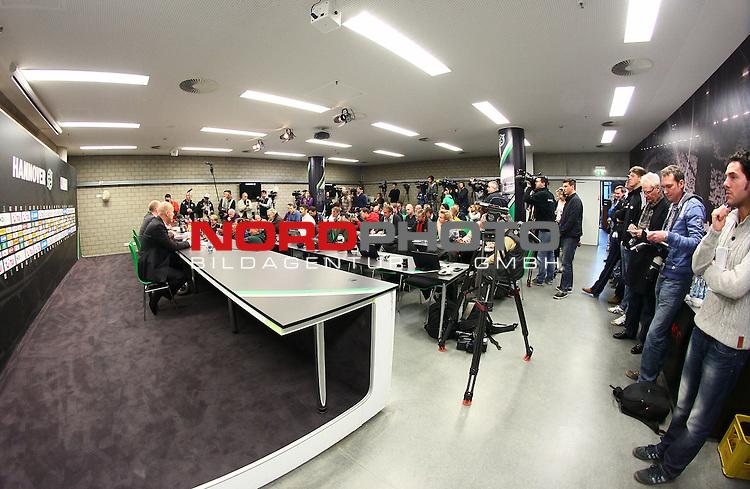 14.12.2013, HDI Arena, Hannover, GER, 1.FBL, Hannover 96 stellt Tayfun Korkut als neuen Trainer vor, im Bild Medienauflauf im Pressekonferenzraum von Hannover<br /> <br /> Foto &copy; nph / Schrader