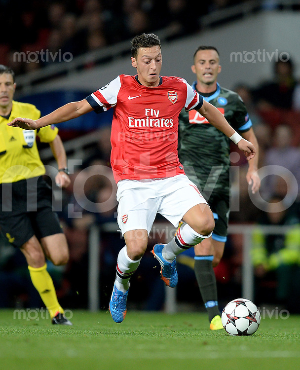 FUSSBALL   CHAMPIONS LEAGUE   VORRUNDE     SAISON 2013/2014    Arsenal London - SSC Neapel   01.10.2013 Mesut Oezil (Arsenal) Einzelaktion am Ball