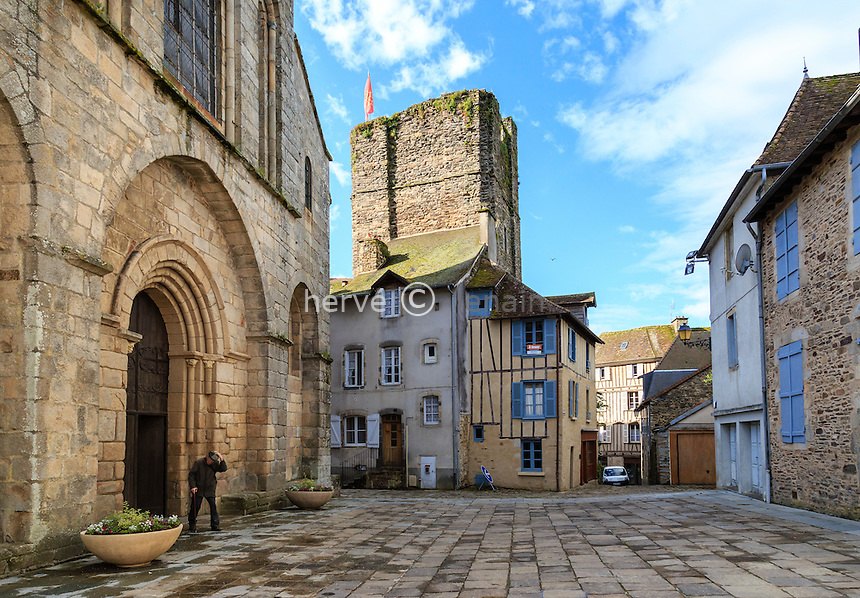 France, Haute-Vienne (87), Saint-Yrieix-la-Perche, la collégiale et la tour du Plô // France, Haute Vienne, Saint-Yrieix-la-Perche, Collegiate church and Plo tower