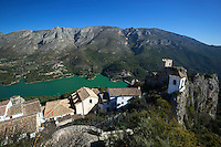 Spain, Province Alicante, El Castell de Guadalest: View over old village and Bell Tower with the reservoir below | Spanien, Provinz Alicante, El Castell de Guadalest: Stausee und Glockenturm
