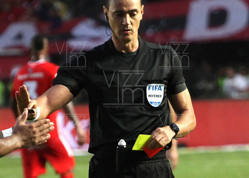 CALI-COLOMBIA , 07-12-2019.Wilmar Roldán referee central. Acción de juego entre los equipos América de  Cali y el Atlético Junior durante partido por la final de la Liga Águila II 2019 jugado en el estadio Pascual Guerrero de la ciudad de Cali./Central Referee Wilmar Roldan. Action game between teams America de Cali   and Atletico Junior during the final match for the Aguila League II 2019 played at Pascual Guerrero stadium in Cali city. Photo: VizzorImage/ Felipe Caicedo / Staff
