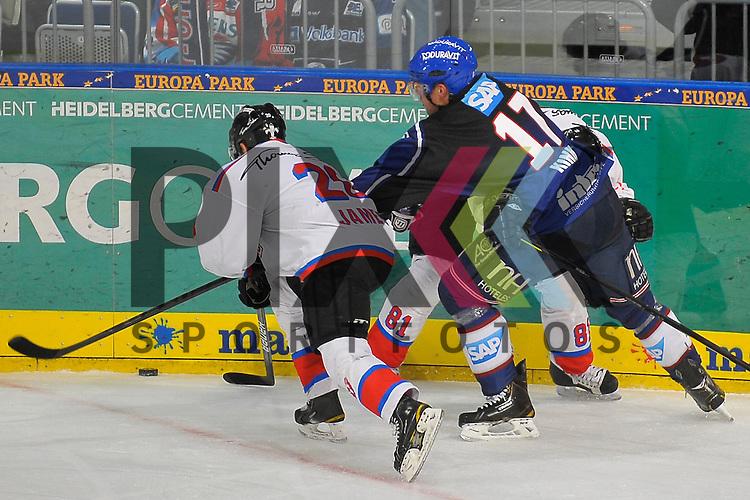 Mannheims Marcus Kink (Nr.17) gegen Nuernbergs Connor James (Nr.20) und Nuernbergs Dusan Frosch (Nr.81)  beim Spiel in der DEL, Adler Mannheim - Nuernberg Ice Tigers.<br /> <br /> Foto &copy; Ice-Hockey-Picture-24 *** Foto ist honorarpflichtig! *** Auf Anfrage in hoeherer Qualitaet/Aufloesung. Belegexemplar erbeten. Veroeffentlichung ausschliesslich fuer journalistisch-publizistische Zwecke. For editorial use only.