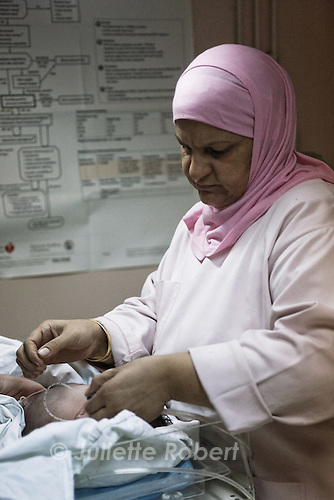 Linda takes care of Hadi, the newborn. He was lucky that there were no power cuts that night : otherwise, the medical crew would not have been able to aspire the mucus out of his lungs.<br /> <br /> L'&eacute;quipe se relaie au chevet du nouveau-n&eacute; pendant 45 minutes.