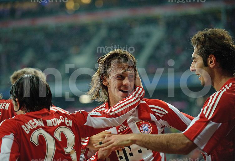 Fussball Bundesliga Saison 2010/2011 FC Bayern Muenchen - SC Freiburg Jubel zum 1:0, v.l.: Danijel PRANJIC (FC Bayern), Torschuetze Martin DEMICHELIS (FC Bayern) und Hamit ALTINTOP (FC Bayern).