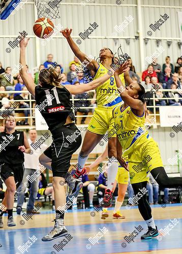 2016-01-31 / Basketbal/ seizoen 2015-2016 / Sint -Katelijne Waver- Castors Braine / Leemans (l. SKW) probeert te scoren Trahan-David en Key proberen af te stoppenFoto: Mpics.be