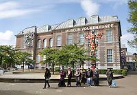 Nederland Leiden  2016 05 15. Groep toeristen met hoofddoekjes voor het Museum Volkenkunde. Foto Berlinda van Dam /  Hollandse Hoogte